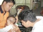 Dr. Victor Jesron Nababan selaku Paman (Tulang)  Andrew memotong Rambut Andrew Kecil sebagai salah satu rangkaian adat