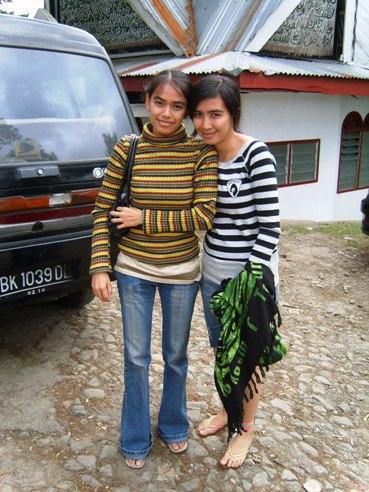 Tante Nita en Tante Juwi nan Maniesz nemenin Andrew di Brastagi 2006